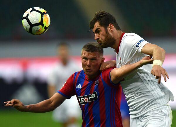 Защитник Локомотива Соломон Кверквелия (справа) и нападающий СКА-Хабаровска Антон Кобялко