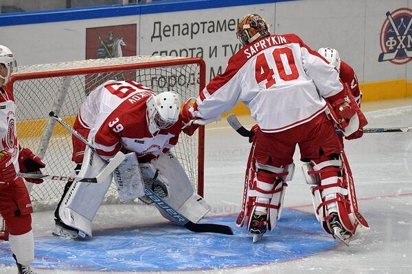 Голкиперы Витязя Михаил Бирюков и Игорь Сапрыкин (справа)