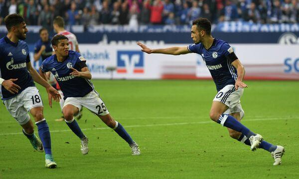Футболисты Шальке радуются забитому мячу Набиля Бенталеба