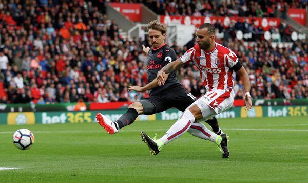 Форвард Сток Сити Хесе (справа) в матче против Арсенала
