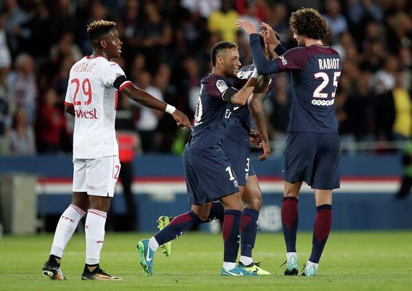 Футболисты Пари Сен-Жермен Неймар и Адриен Рабью (слева направо) радуются забитому мячу