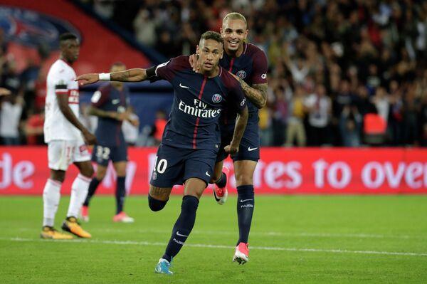 Футболисты Пари Сен-Жермен Неймар (слева) и Левен Кюрзава радуются забитому мячу