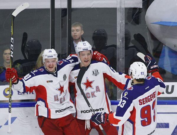 Хоккеисты ЦСКА Сергей Шумаков, Михаил Григоренко и Артём Сергеев (слева направо)