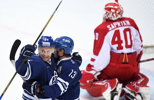 Хоккеисты Динамо Игорь Игнатушкин и Андрей Алексеев радуются заброшенной шайбе в ворота голкипера Витязя Игоря Сапрыкина (слева направо)