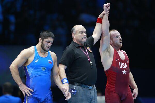 Российский борец Абдуларашид Садулаев и американец Кайл Снайдер (слева направо)