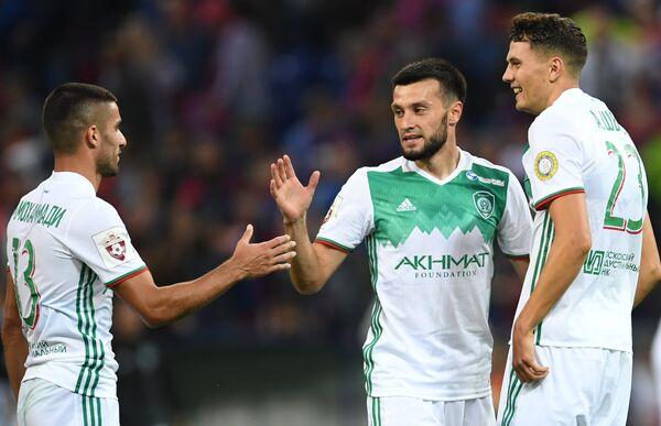 Футболисты Ахмата Милад Мохаммади, Магомед Митришев и Антон Швец (слева направо) радуются победе