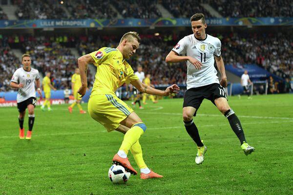 Нападающий сборной Украины Андрей Ярмоленко (слева) и полузащитник сборной Германии Юлиан Дракслер
