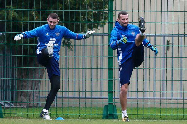 Вратари сборной России по футболу Александр Селихов (слева) и Андрей Синицын