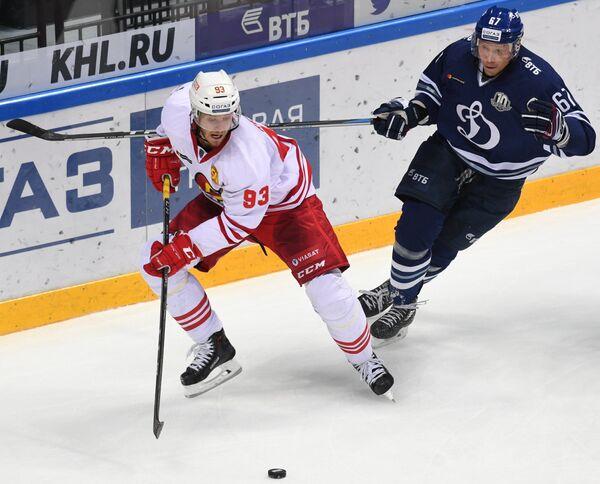Форвард Йокерита Петер Регин (слева) и нападающий Динамо Дмитрий Казионов