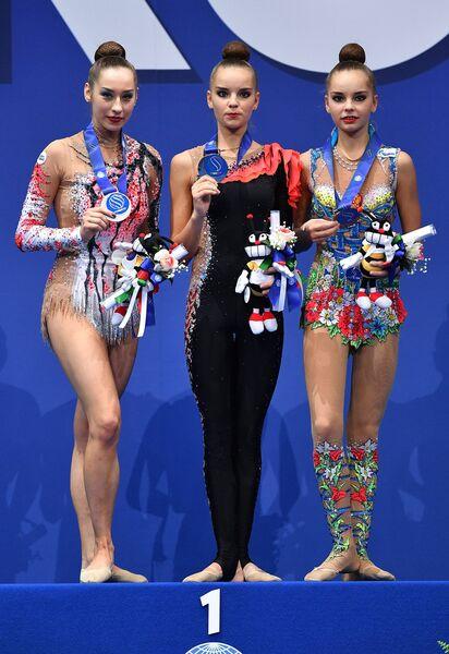Екатерина Галкина (Белоруссия) - серебряная медаль, Дина Аверина (Россия) - золотая медаль, Арина Аверина (Россия) - бронзовая медаль