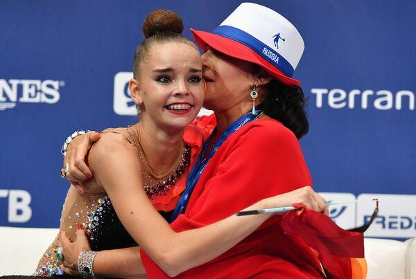 Дина Аверина и её тренер, президент Всероссийской федерации художественной гимнастики Ирина Винер-Усманова (справа)