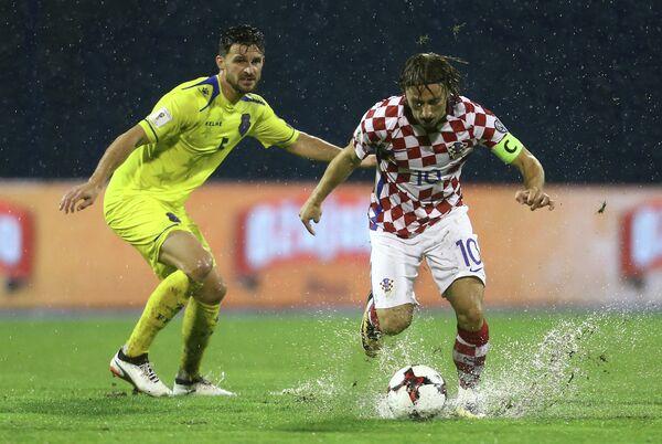 Полузащитник сборной Косово Энис Алуши (слева) и хавбек сборной Хорватии Лука Модрич