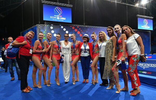 Спортсменки сборной России по художественной гимнастике вместе с Алиной Кабаевой (пятая слева) и Ириной Винер-Усмановой (в центре)