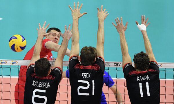 Доигровщик сборной России по волейболу Юрий Бережко (слева)