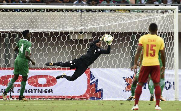 Игровой момент матча отборочного турнира чемпионата мира 2018 года между сборными Камеруна и Нигерии