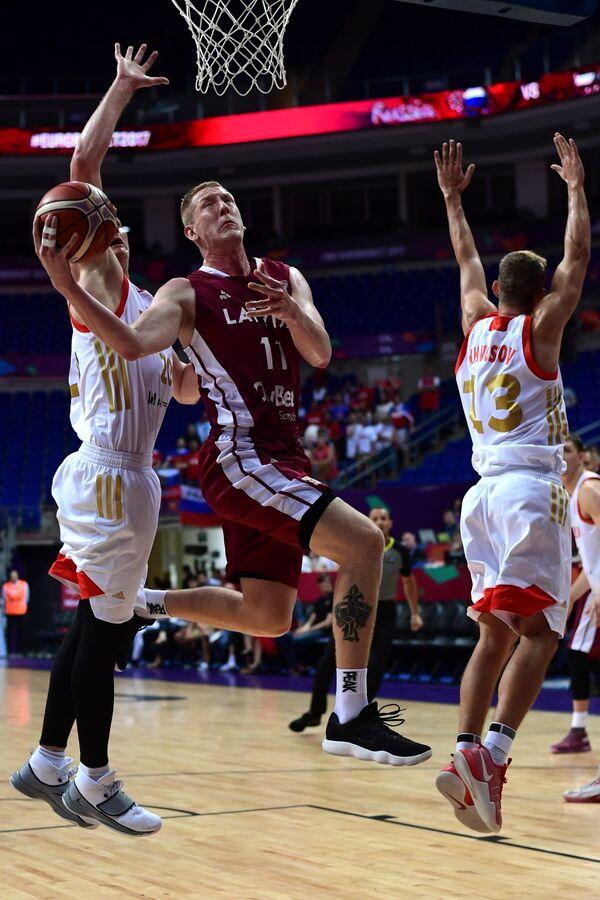 Игровой момент матча Россия - Латвия на чемпионате Европы-2017 по баскетболу