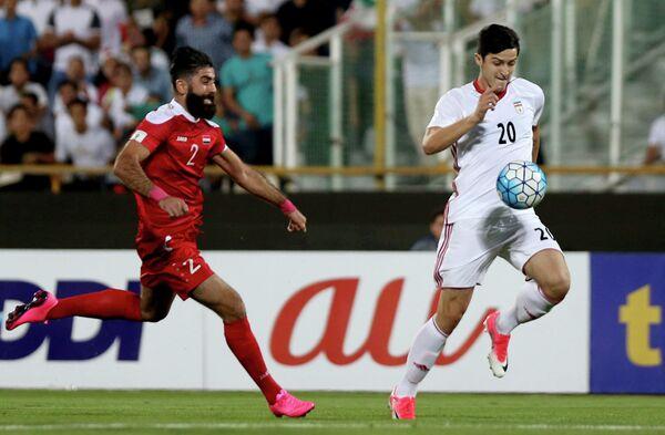 Нападающий сборной Ирана по футболу Сердар Азмун (справа)