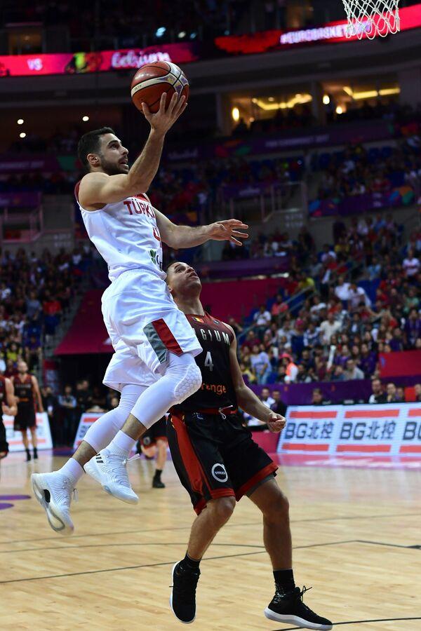 Защитник сборной Турции по баскетболу Фуркан Коркмаз (слева)