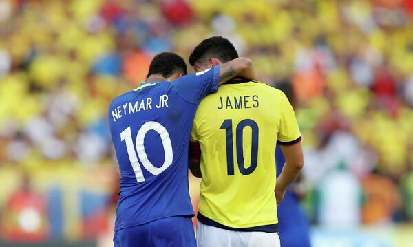 Нападающий сборной Бразилии по футболу Неймар и полузащитник команды Колумбии Хамес Родригес (слева направо)