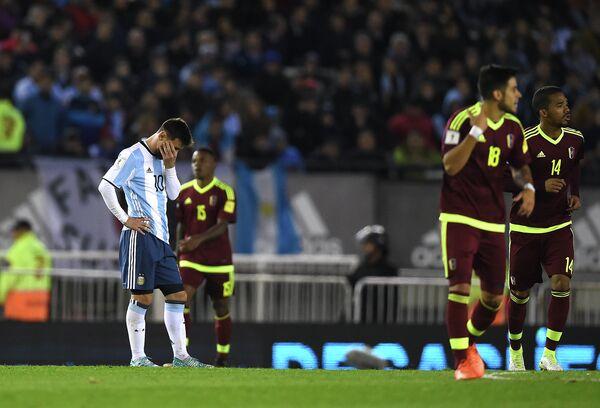 Нападающий сборной Аргентины Лионель Месси (слева)