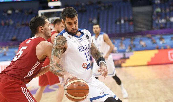 Форвард сборной Греции по баскетболу Гиоргос Принтезис (справа)