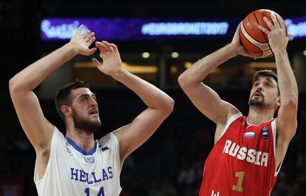Центровой сборной Греции Георгиос Папаяннис (слева) и защитник сборной России Алексей Швед