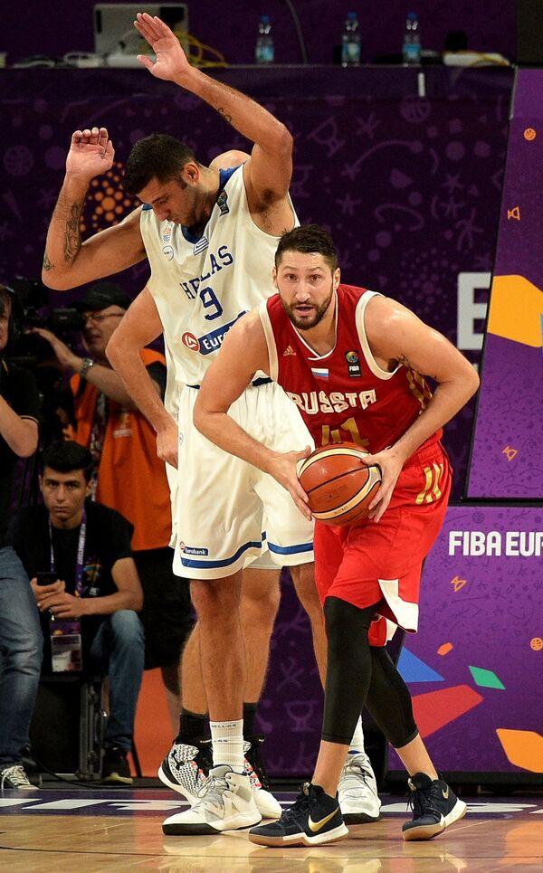 Форвард сборной России Никита Курбанов (справа) и центровой сборной Греции Яннис Бурусис