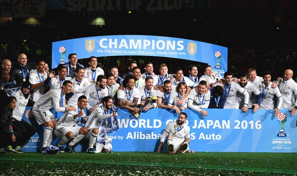 Футболисты мадридского Реала во время церемонии награждения на клубном чемпионате мира-2016