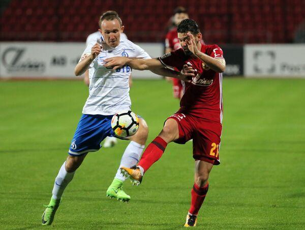 Защитник Арсенала Виктор Альварес (справа) и защитник Динамо Алексей Козлов