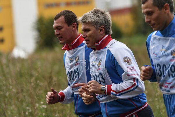 Михаил Дегтярев, Павел Колобков и Юрий Борзаковский (слева направо) во время забега в рамках Всероссийского дня бега Кросс Нации-2017