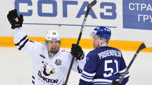 Форвард ХК Трактор Виталий Кравцов (слева)