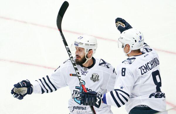 Форвард ХК Адмирал Виктор Александров (слева) и защитник Артём Земчёнок