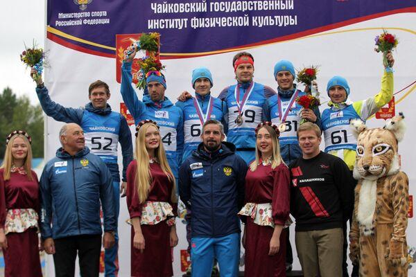 Участники цветочной церемонии после финиша спринта на чемпионате России по летнему биатлону