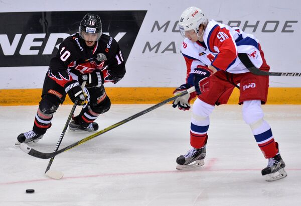 Форварды Авангарда Артём Манукян (слева) и Локомотива Владислав Картаев