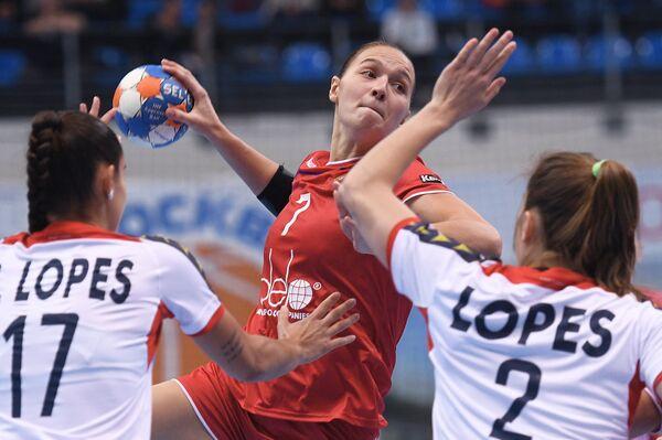 Игрок сборной России Дарья Дмитриева (в центре) и игроки сборной Португалии Сорая Лопеш (слева) и Мариана Лопеш