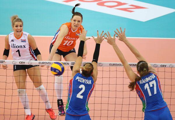 Диагональная сборной Нидерландов по волейболу Лоннеке Слёйтьес (вторая слева)