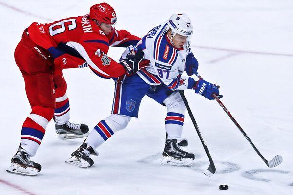 Защитник ХК Локомотив Илья Любушкин и нападающий ХК СКА Никита Гусев (справа)