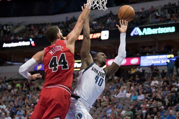 Форварды клубов НБА Чикаго Буллс Никола Миротич и Даллас Маверикс Харрисон Барнс (слева направо)