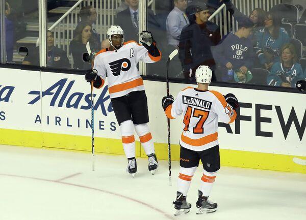 Нападающий клуба НХЛ Филадельфия Флайерз Уэйн Симмондс и защитник команды Эндрю Макдональд (слева направо)