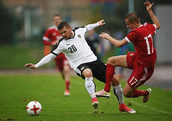 Защитник молодежной сборной Австрии Петар Глухакович (слева) и хавбек молодежной сборной России Александр Зуев