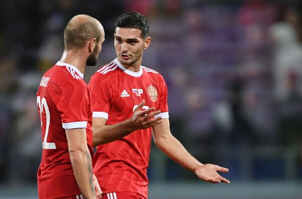 Защитник сборной России по футболу Константин Рауш (слева) и полузащитник команды Магомед Оздоев