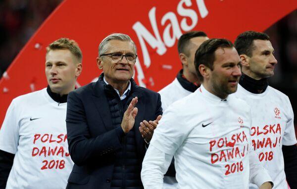 Главный тренер сборной Польши по футболу Адам Навалка (в очках)