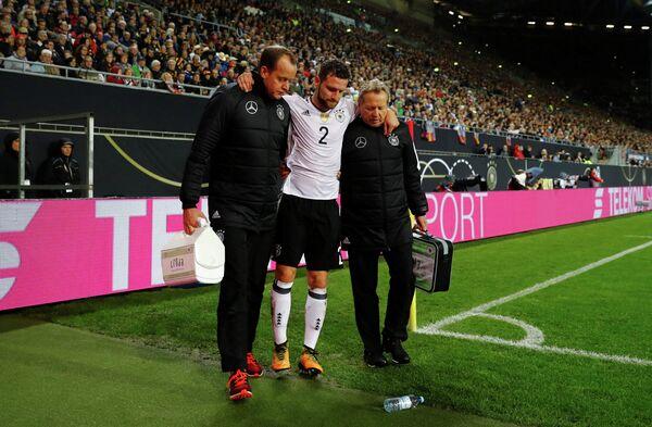 Защитник сборной Германии по футболу Шкодран Мустафи (в центре)