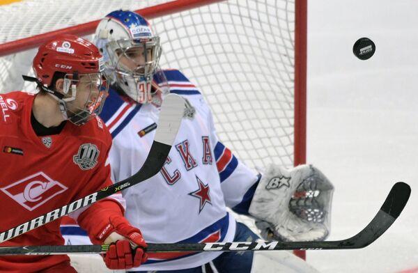 Форвард ХК Спартак Вячеслав Лещенко (слева) и вратарь ХК СКА Игорь Шестёркин
