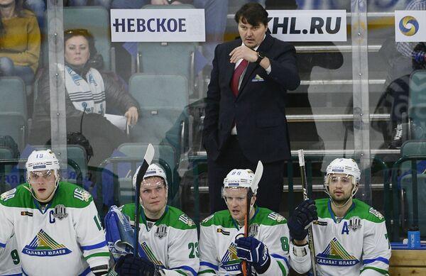 Тренер Салавата Юлаева Николай Цулыгин (на втором плане)