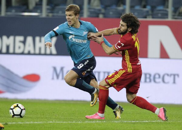 Нападающий Зенита Александр Кокорин (слева) и защитник Арсенала Анри Хагуш