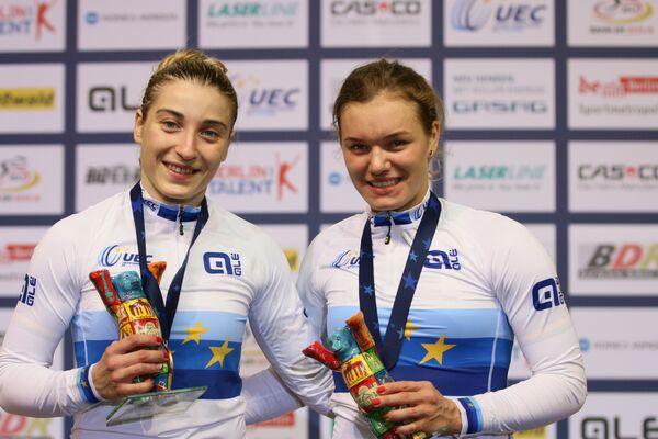 Россиянки Анастасия Войнова (справа) и Дарья Шмелева после победы в командном спринте на чемпионате Европы по велоспорту на треке