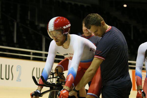 Российский велогонщик Дмитрий Соколов (слева) во время выступления на чемпионате Европы