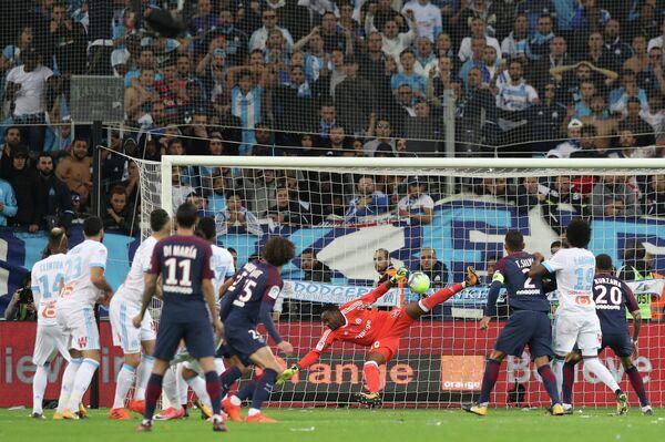 Игровой момент матча чемпионата Франции по футболу Марсель - Пари Сен-Жермен