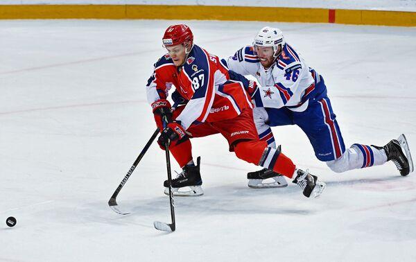 Форвард ПХК ЦСКА Андрей Светлаков (слева) и защитник ХК СКА Владислав Гавриков